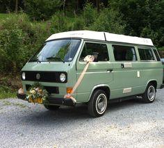 Mijn bruidspaar in de Ardennen kwam aan met het oude busje van de familie.