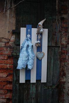 Věšák+Aleš+001+Věšáková+stěna+ze+smrkového+dřeva+v+moderním+stylu.+Ošetřena+silnovrstvou+lazurou+modré+barvy+a+bílým+voskovým+olejem.+Věšák+je+osazen+třemi+věšáky.+Vhodná+například+do+dětského+pokoje.+Dekorace+nejsou+součástí+výrobku+Rozměry+věšák+cca+výška+95+cm+x+šířka+45+cm+x+hloubka+11+cm.+Barva+modro-bílá.+Každý+kus+je+ručně+dělaný+originál....