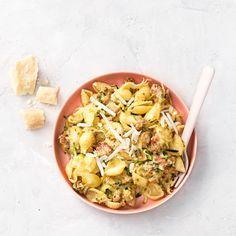 Zo gemaakt, deze romige pasta met frisse courgette en Brandt & Levie-worstjes. Daar zegt geen kind mee tegen, en een ouder trouwens ook niet. Niet voor niets favoriet aan de eettafel van chef Samuel. #pasta #worst #venkel #venkelworrst #worstjes #courgette #hoofdgerecht #foodandfriends #vlees Beef Recipes, Vegan Recipes, Family Kitchen, Recipe For Mom, Kitchen Recipes, Pasta Salad, Cabbage, Vegetables, Cooking