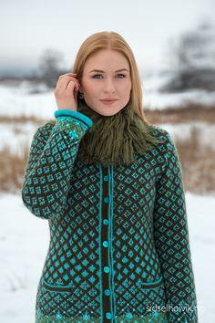 Olivia Jacket Design: Sidsel J. Høivik / sidselhoivik.no Photo: Anne Helene Gjelstad  Model: Stine Kolstad  https://www.sidselhoivik.no/produkt/garnpakker/med-oppskrift/olivia-kofte
