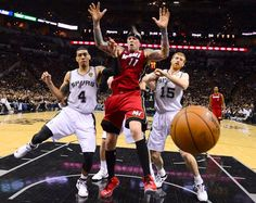 Danny Green e Matt Bonner, dos San Antonio Spurs, conseguem travar o ataque de Chris Andersen, dos Miami Heat, durante o jogo 3 da final da NBA (© © REUTERS / John Mabanglo / Pool)