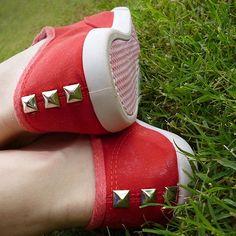 Cómo decorar zapatillas con tachas.  Hablamos de ello en nuestro blog: http://www.wearbambas.com/tus-bambas-con-tachuelas-unicas-y-al-mejor-precio/