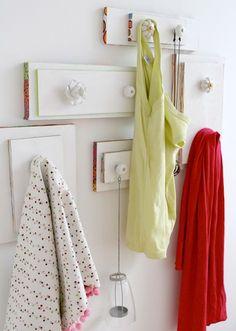 Recycle old drawer fronts and knobs. Translate from Swedish. /// Spar lådfronter och knoppar och skapa en snygg vägg att hänga saker på.
