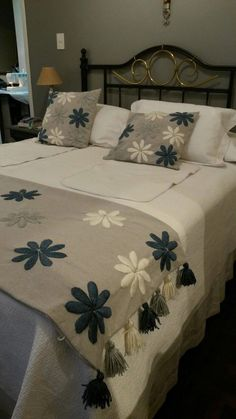 Boho Style Furniture And Home Decor Ideas Crewel Embroidery, Hand Embroidery Designs, Applique Designs, Bed Cover Design, Bed Design, Bed Runner, Designer Bed Sheets, Floral Bedspread, Bed Covers