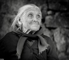 Avó; um rosto assim lembra sempre uma avó.