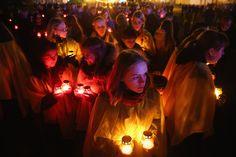 今年、ウクライナでは人々がキャンドルを灯して、犠牲者を悼んだ。