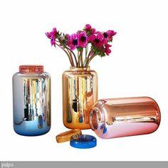 Jeder Haushalt braucht eine Glasvase – oder zwei oder drei... Denn Vasen geben nicht nur unseren Lieblingsblumen ein schönes Zuhause, sie sind auch selbst  …
