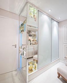 Guarda roupa desenhado pela nossa equipe para atender as necessidades do bebê, com bicama embutida e nichos em espelho para decorar o quartinho  #lmarquitetura #lmprojetos #lucianadias #marianacarvalho #quartobebe #guardaroupa #quartoinfantil