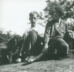 Leonard Woolf and Vita Sackville-West photographed by Virginia Woolf at Monk's House in Rodmell Virginia Woolf, Dora Carrington, Leonard Woolf, Vita Sackville West, Duncan Grant, Bloomsbury Group, English Writers, Free Thinker, People Of Interest