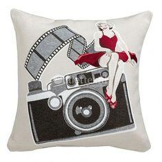 Cojín Decorativo CLICK Barbadella Home. Aparece Marilyne Monroe con un vestido rojo sobre una antigua cámara de fotos. Confeccionado en tejido jacquard, se trata de una bonita idea para decorar tu casa.