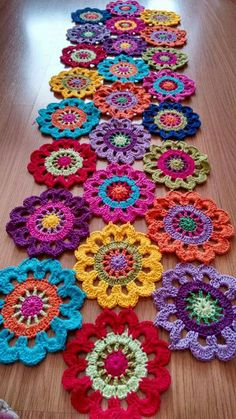 New Snap Shots Crochet Flowers rug Thoughts Häkeldeckchen Teppich Tischläufer Super Ideen, Crochet Doily Rug, Crochet Mandala Pattern, Crochet Flower Patterns, Crochet Home, Crochet Gifts, Crochet Designs, Crochet Flowers, Crochet Stitches, Diy Crochet