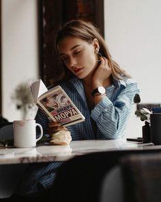 coffee girl Pose in Coffee shop - coffee Girl Photography Poses, Creative Photography, Coffee Shop Photography, Shotting Photo, Foto Casual, Instagram Pose, Coffee Girl, Coffee Lovers, Book Aesthetic