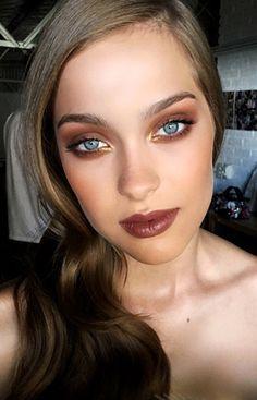 Bettina Frúmboli revela las últimas tendencias en maquillaje con una producción increíble. Una guía útil para mantenerse actualizada y experimentar con ellas.
