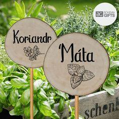 Oživte svou bylinkovou zahrádku dřevěnými zápichy s názvy vašich oblíbených bylinek.