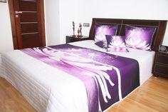 Bílý přehoz na postel s motivem fialového leknínu