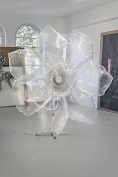 Eric Sidner, »Untitled«, 2014, plastic foil, wire, fan, electricity cable, 184 x 167 x 69 cm