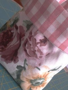 EntreHilos y algo más: TUTORIAL BOLSITA DE TELA Sewing Projects, Projects To Try, Jellyroll Quilts, Sewing Box, Handmade Bags, Patches, Diy Crafts, Embroidery, Crochet