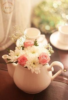I love the clean, white teapot with the white flowers and pops of green and pink. I love the clean, white teapot with the white flowers and pops of green and pink. Design Floral, Deco Floral, Flower Tea, Flower Vases, Decoration Table, Vases Decor, Weding Decoration, Teapot Centerpiece, Centerpiece Ideas