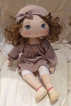 Bonjour ! Je vous présente Bertille, une vraie petite coquine ! La poupée a été réalisée entièrement à la main, dans du lin couleur chair, et porte une tenue à pois be - 5755955