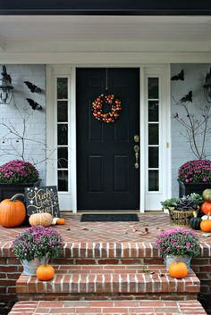 It's a BATulous Halloween Home Tour! See how to decorate for Halloween inexpensively and creatively, while making your home look spooktacular for Hallowen. Halloween Porch, Fall Halloween, Halloween Decorations, Halloween 2018, Fall Decorations, Fall Home Decor, Autumn Home, Summer Bedroom, Vintage Farmhouse