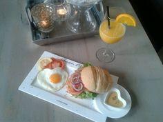Liefdevol broodje van de maand (februari) :  Italiaanse bol met gerookte zalm, rode ui, ei en een heerlijk dressing.