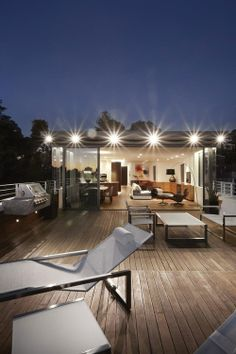 Modern Penthouse Design with Beautiful Outdoor Patio: Surprising Roof Top Design For Outdoor Living And Dining Completed With Stylish Seatin. Modern Architecture House, Residential Architecture, Ideas Terraza, Home Interior Design, Interior And Exterior, Rooftop Terrace Design, Terrasse Design, Modern Skyscrapers, Beautiful Home Designs