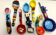 Graders were introduced to the Native American tradition of Totems. A totem tells a story of a family or the maker, a spoon is a symbol. Clay Art Projects, Ceramics Projects, Clay Middle School, High School Ceramics, Sculpture Lessons, Kids Clay, Art Cart, Art Lessons Elementary, Art Classroom