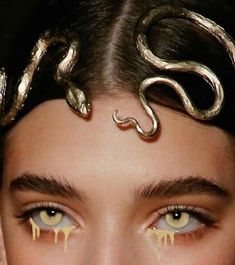 Find images and videos about beauty, model and aesthetic on We Heart It - the app to get lost in what you love. Gold Eyeliner, Ss16, Piercings, Boho Vintage, Accesorios Casual, Royal Jewelry, Gold Jewelry, Dainty Jewelry, Diamond Jewelry