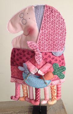 Vella Quaresma tela. Monpetitindi. Textiles, Doll Crafts, Cute Dolls, My Animal, Softies, Kite, Handicraft, Art For Kids, Baby Car Seats