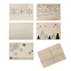 Weihnachten hat viele schöne Traditionen, u. a. die Weihnachtskarten. Mit diesen hier können Sie Ihre Weihnachtsfreude teilen und Grüße an Freunde und die Familie schicken. Die Merry Postkarten haben wunderschöne Weihnachtmotive auf der einen Seite und Platz für Grüße auf der anderen.