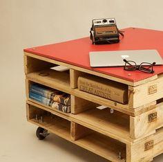 Móvel mais lindo! Perfeito em qualquer ambiente! Use a criatividade fazendo móveis de pallets. Aprenda aqui:👉 conectamenteagora.com/pallets