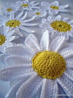 Ecco a voi le istruzioni per realizzare la prima semplicissima margherita. Occorrente: due filati di lana o cotone, uno giallo e l'altro bianco Esecuzione