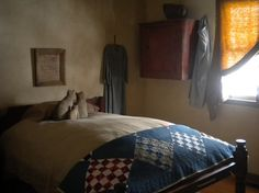would love to sleep here.feather bed awwwwwwwww but I need some more pillows… Primitive Bedroom, Primitive Homes, Primitive Antiques, Country Primitive, Cozy Bedroom, Bedroom Decor, Bedroom Ideas, Colonial Bedroom, Quilting Room