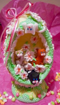 Cast sugar egg and Easter Cats by Lulu's edible art Sugar Eggs For Easter, Easter Cats, Easter Dishes, Easter Egg Designs, Easter 2020, Egg Crafts, Easter Chocolate, Easter Cookies, Vintage Easter
