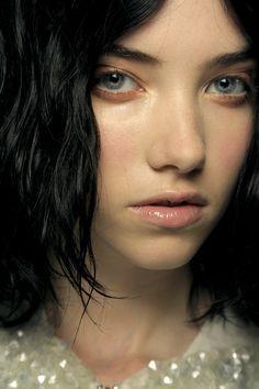 La peau glowy http://www.vogue.fr/beaute/exclu-vogue/diaporama/le-meilleur-des-tendances-beaute-de-la-fashion-week/10110/image/634151#!la-peau-glowy