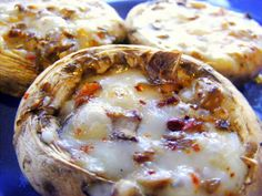 Mantar Dolması Recipe http://www.turkeysforlife.com/2013/08/turkish-recipes-mantar-dolmasi-stuffed-mushrooms.html