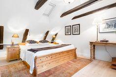 Sovrummet med synliga takbjälkar på vindsvåning i Bootes 4, Telegrafgränd 1B.