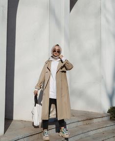 Hijab And Coat Style You Need To Warm Up Your Body This Season - When it comes to hijab fashion, there are some tips on how to wear them to make the most of the whole outfit. Modest Fashion Hijab, Modern Hijab Fashion, Street Hijab Fashion, Casual Hijab Outfit, Hijab Fashion Inspiration, Muslim Fashion, Modest Outfits Muslim, Fashion Muslimah, Hijab Chic