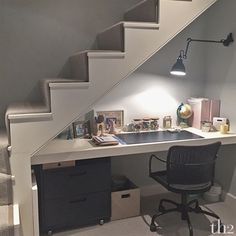 18 Useful Designs for Your Free Under Stair Storage Take advantage of unused space under the basement stairs with these inexpensive (and DIY! Desk Under Stairs, Under Basement Stairs, Open Stairs, Basement Renovations, Basement Ideas, Bedroom Remodeling, Remodeling Ideas, Basement Office, Walkout Basement