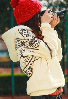 Acheter la tenue sur Lookastic:  https://lookastic.fr/mode-femme/tenues/sweat-a-capuche-en-jacquard-blanc-bonnet-rouge-ceinture-en-cuir-orange/6923  — Bonnet rouge  — Sweat à capuche en jacquard blanc  — Ceinture en cuir orange