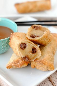 Cookie Dough Egg Rolls-Deep fried cookie dough wrapped in a warm, crispy shell. FREEZE for at least 30 minutes before frying Egg Roll Recipes, Cookie Recipes, Dessert Recipes, Dessert Food, Just Desserts, Delicious Desserts, Yummy Food, Deep Fried Cookie Dough, Yummy Treats