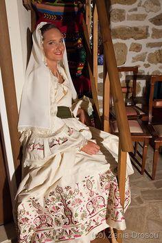 Folk Dance, Crete, Traditional Outfits, Greek Costumes, Sari, Wedding Dresses, Womens Fashion, Weddings, Beautiful