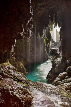 En las profundidades de la tierra Monasterio de Piedra