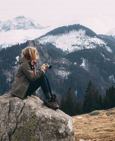 Hiking Pictures Outdoor Travel, Hiking for beginners could be intimidating, but there's really not much to it. Mountain Hiking Outfit, Cute Hiking Outfit, Summer Hiking Outfit, Outfit Winter, Summer Shorts, Hiking Outfits, Travel Outfits, Sport Outfits, Camping Sauvage