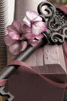 レ O √ 乇 key to my heart X ღɱɧღ Antique Keys, Vintage Keys, Deco Rose, Under Lock And Key, Enjoy The Little Things, Old Keys, Gris Rose, Pastel Decor, Key To My Heart