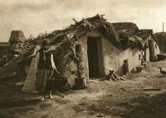Album fascinant captat in Romania acum 82 de ani - CYD. Vernacular Architecture, Vintage Farm, Dark Ages, Old Photos, Farm Life, Farm House, Medieval, 1, Traditional