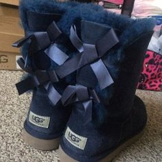 UGG BOOTS, navy bailey bow uggs navy/blue colored bailey bow uggs, like new i have the original box UGG Shoes Winter Rain Boots Ugg Snow Boots, Ugg Winter Boots, Rain Boots, Uggs With Bows, Bow Uggs, Ugg Classic Short, Bailey Bow, Boating Outfit, Cool Boots
