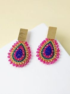 ARETES GOTA FUCSIA Y AZUL Brick Stitch, Seed Beads, Beaded Jewelry, Jewerly, Crochet Earrings, Diy Ideas, Beading, Angeles, Accessories