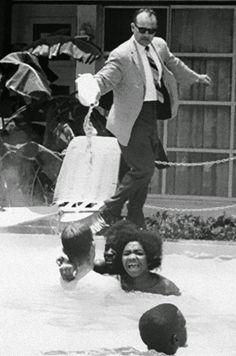 Racismo, 1964. El gerente de un hotel vierte ácido en el agua mientras varias personas de color nadan en la piscina.