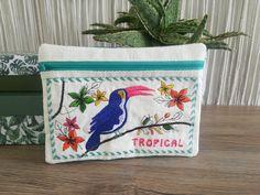 La pochette tropicale est une broderie machine ITH des box Oh My Broderie ! Toucan et fleurs pour un effet exotique garanti. #broderie #broderiemachine #DIY #tuto #box #embroidery Toucan, Coin Purse, Purses, Box, Tropical, Exotic, Pouch Bag, Flowers, Handbags